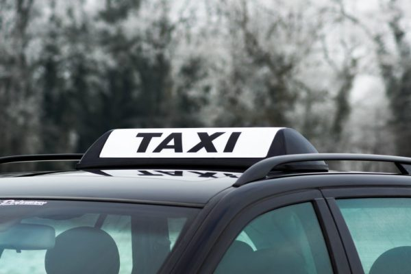 Barclay In Between Blanco Dachzeichen Taxi Österreich auf Fahrzeugdach