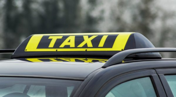 Barclay In Between Taxi schwarz auf Fahrzeug