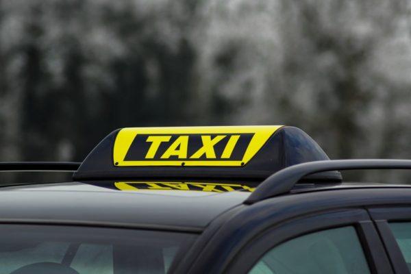 Das Barclay Baby Taxi Dachzeichen auf Fahrzeugdach